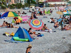 strand met mensen en parasols